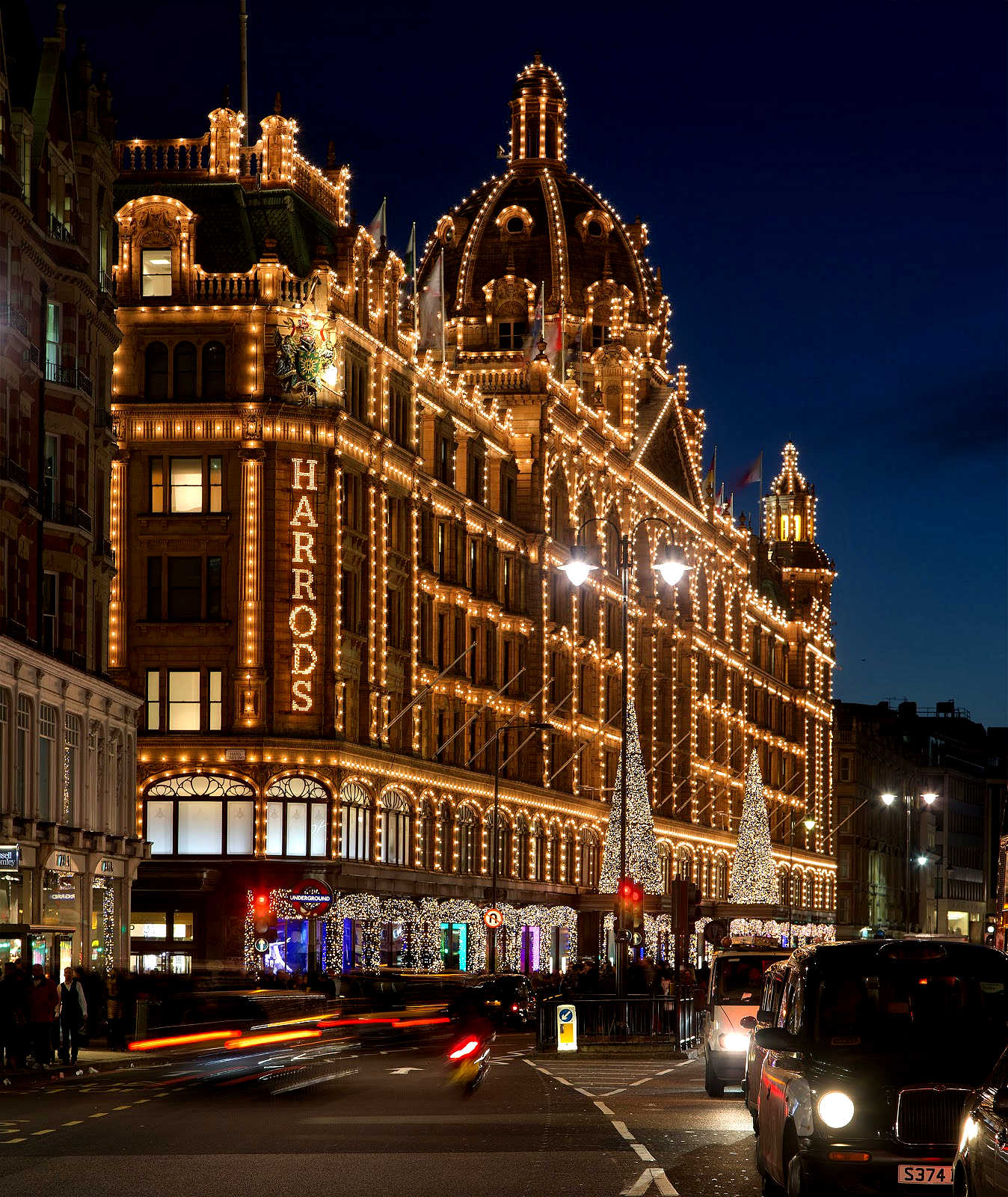 Harrods Harrods - The best shop for your Christmas Gifts Harrods – The best shop for your Christmas Gifts Harrods Kensington Christmas UK London London in Winter Spirit of England Peter Crawford