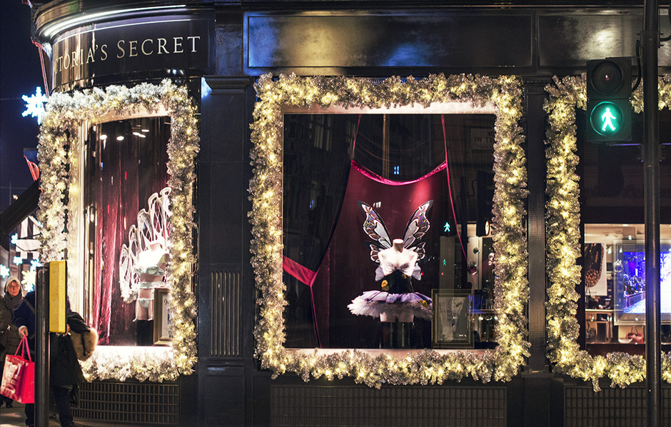 Victoria's Secret New Bond Street Store | Yesterday morning, after an overnight flight, the most beautiful women in the world have gone to meet their fans in the shop of the brand on Bond Street in the heart of London. victoria's secret new bond street store Victoria's Secret New Bond Street Store [with Video] DSC 0024 1